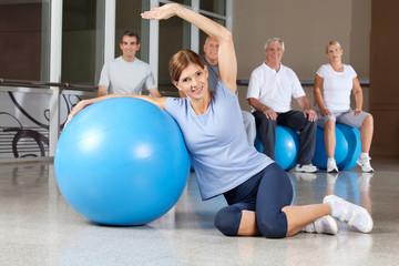 Frau mit Fitnessübungen mit Gymnastikball