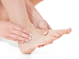 Weibliche Person massiert ihre Füße