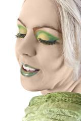 lächelnde Frau mit grünem Make up