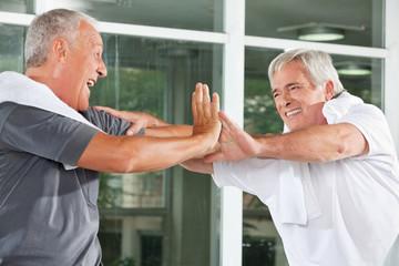 Jubelnde Männer im Fitnesscenter