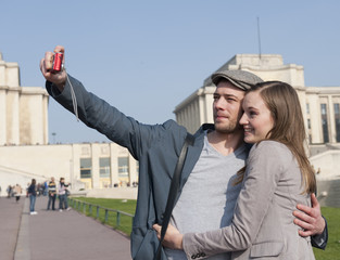 Couple se prenant en photo devant le Trocadéro - Paris