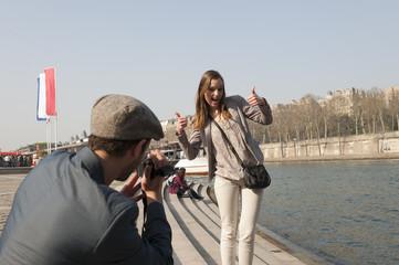Couple se filmant avec un caméscope à Paris - Seine