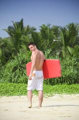 Fototapete - Surfer beim Strandspaziergang