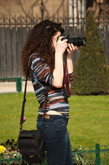 jeune femme prenant une photo à Notre Dame de Paris