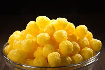 Gold gelbe Kässe Bälle in Glas Schüssel, close up