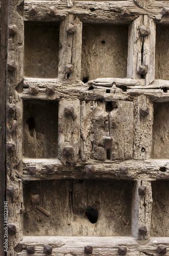 Puerta vieja de madera con clavos y cerradura fondo for Puerta vieja madera