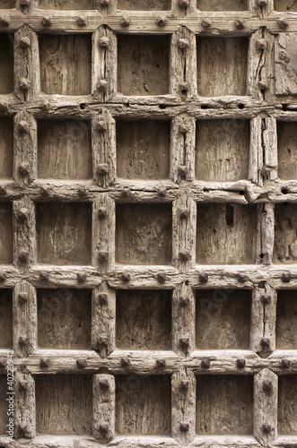 Puerta vieja de madera con clavos fondo textura fotos for Puerta vieja madera