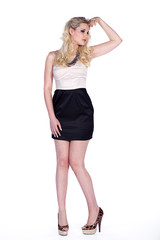 Blonde Frau mit tollen Schuhen posiert Fashion, blickt fern