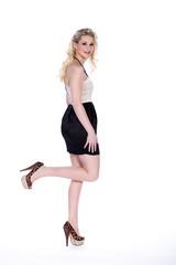 Blonde Frau mit tollen Schuhen posiert Fashion, Bein hoch