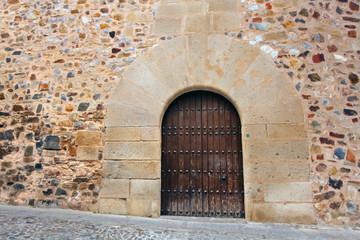 Wall Mural - Puerta de palacio  de ciudad antigua de Cáceres, España