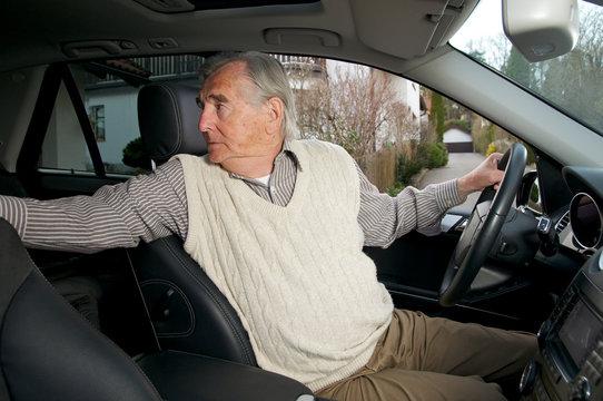 Senior beim autofahren