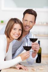 schönes junges paar genießt rotwein