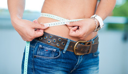 woman measure her waist