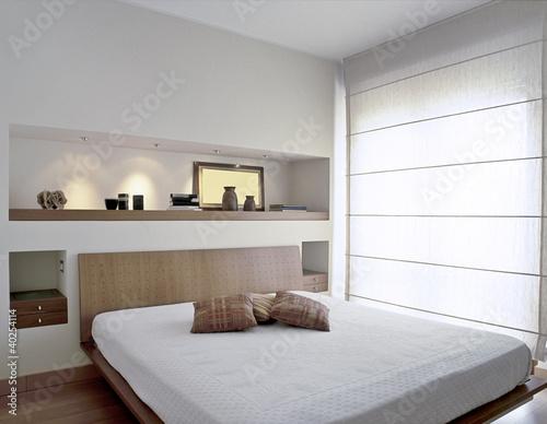 Moderna camera da letto con grande finestra immagini e - Camera da letto grande ...