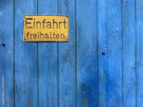 gelbes einfahrt freihalten schild auf blauem holzuntergrund stockfotos und lizenzfreie bilder. Black Bedroom Furniture Sets. Home Design Ideas