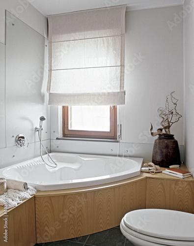 """Vasca da bagno angolare in un bagno moderno"""" stock photo and ..."""