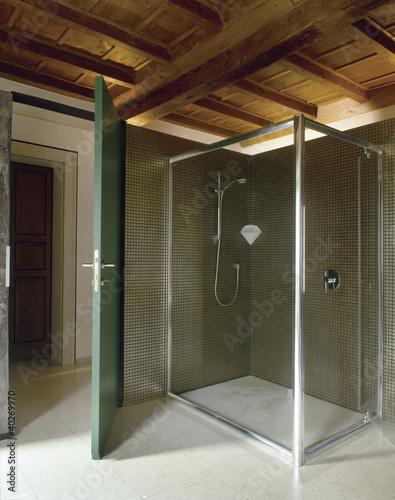 """""""box doccia di vetro in un bagno moderno in mansarda"""" Immagini e Fotografie Royalty Free su ..."""