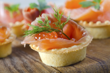 salmon and red caviar in basket