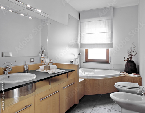 bagno moderno con vasca angolare