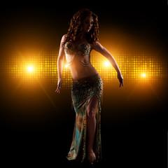 orientalische Tänzerin vor Lichterhintergrund