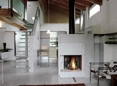 soggiorno moderno con camino acceso in mansarda\