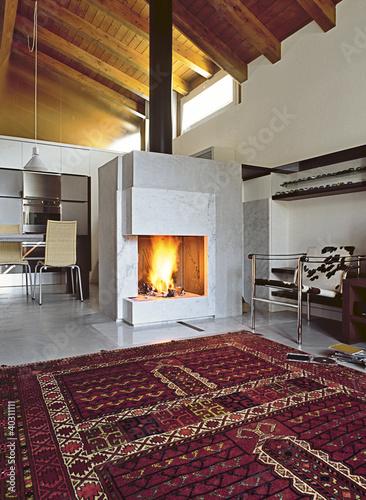 """soggiorno moderno con camino acceso in mansarda"""" Stock photo and ..."""