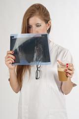 Mujer médico tomando café.