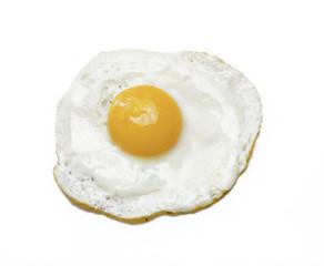 Detalle de un huevo frito en fondo blanco.