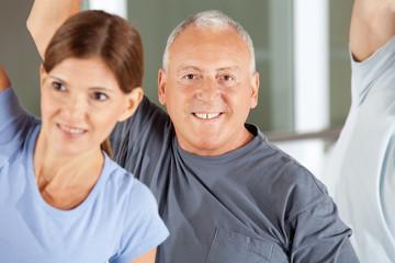 Portrait eines Seniors im Fitnesscenter