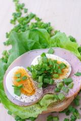 Śniadanie jajko szczypiorek sałata