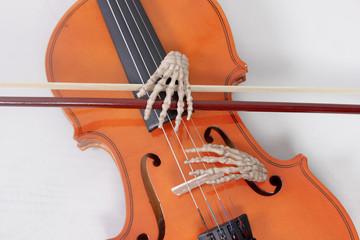Musik, die von Skelett Händen kommt