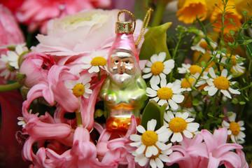 Blumenstrauß mit einem Gartenzwerg 1