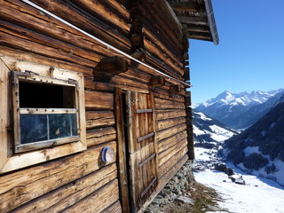 Fototapete - Almhütte mit Gebirge im Hintergrund