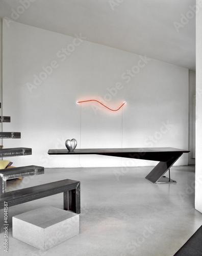 soggiorno moderno con tavolo da pranzo di metallo e scala ...