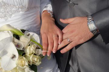alliances-mains-bouquet