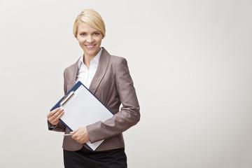 Obraz Portret uśmiechającej się kobiety - fototapety do salonu