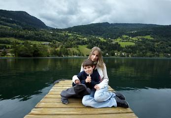 Geschwister beim Feld am See