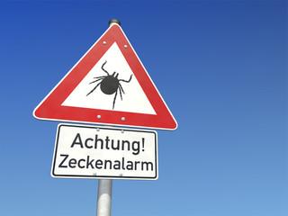 Schild Achtung! Zeckenalarm
