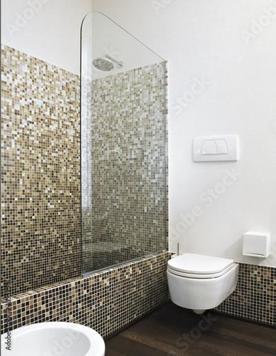 vasca da bagno con doccia in un bagno moderno