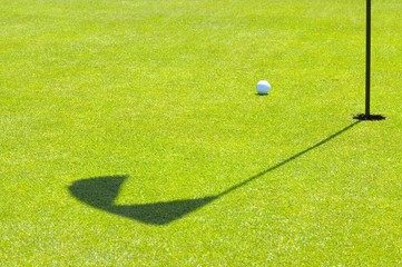 Golfball neben Fahne