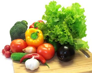 Poster Légumes frais Овощи на разделочной доске