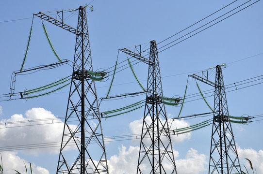 Линии электропередачи на фоне синего неба