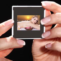 Hände halten Dia mit SPA Beauty Frau