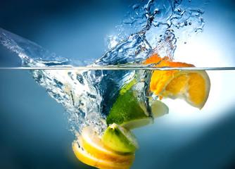 Poster de jardin Eclaboussures d eau citrus fall into the water