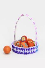 корзинка сделанная ребёнком с пасхальными яйцами