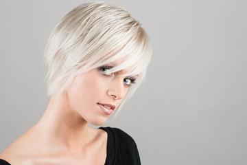 Hübsche Frau mit trendiger Frisur