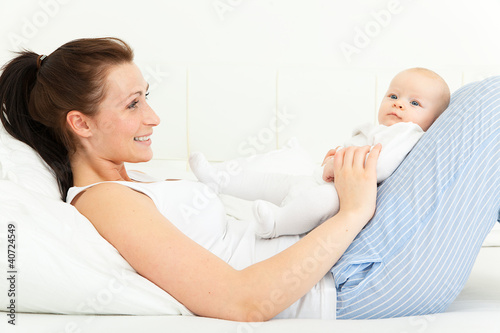 mit baby im bett stockfotos und lizenzfreie bilder auf bild 40724549. Black Bedroom Furniture Sets. Home Design Ideas