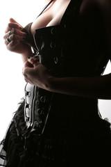 Frau zieht Korsage aus