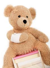 Teddybär mit einem Armverband