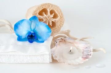 composizione con asciugamano, spugna vegetale e candela